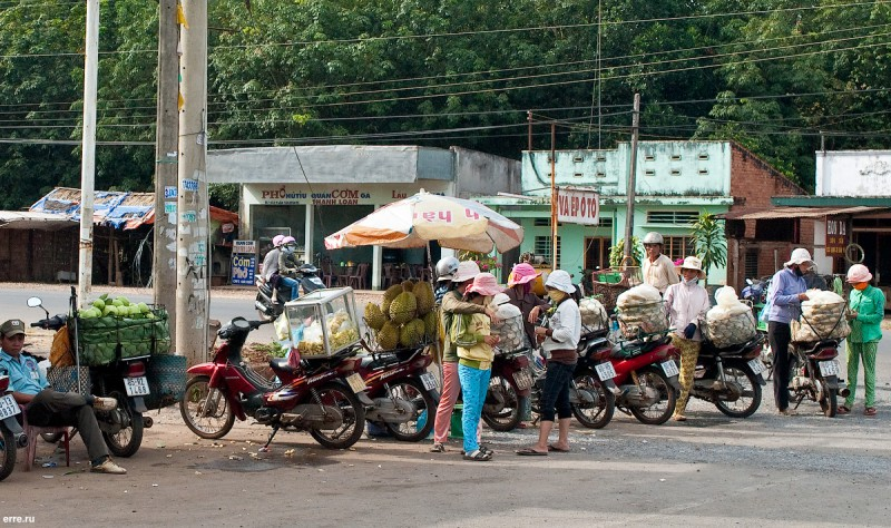 Продажа дурианов. Снято с безопасного расстояния.