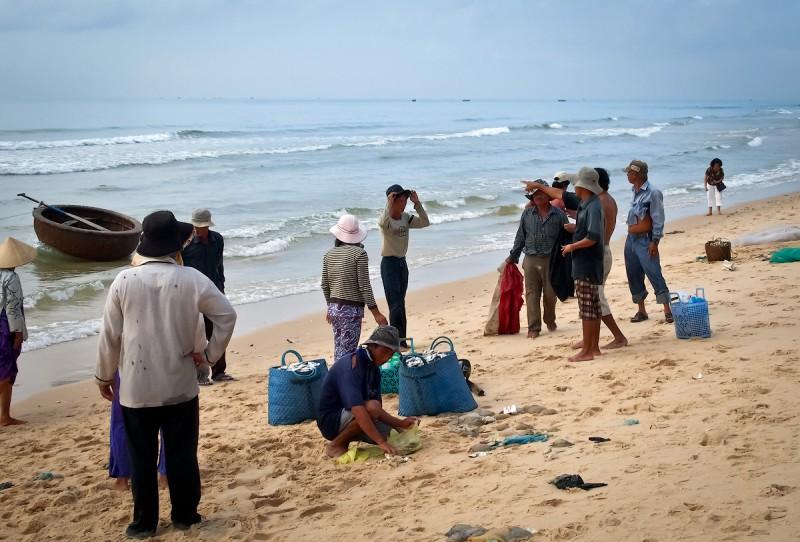 Вьетнамские рыбаки сгружают улов. Клевало нормально